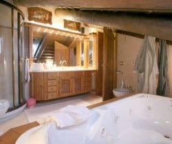 Chalet Rouge: Mastre bathroom