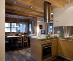 Chalet Bambi: Kitchen and dining area